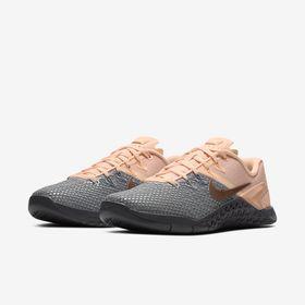 24205339f Tenis Nike Metcon 4 XD Feminino Metalic AV2252-001 Cinza/Rosa